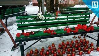 Стихийный мемориал у сгоревшего ТЦ в Кемерово