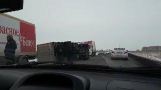 На трассе перевернулся грузовик