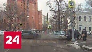 Полицейский сбил пешехода после ДТП в центре Москвы - Россия 24