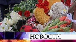 Жители Кемерово сдают кровь для пострадавших в торговом центре и приносят цветы к месту трагедии.