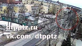 Три автомобиля столкнулись на улице Кирова